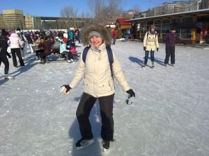 Marion sur le Canal Rideau, patinant, février 2014