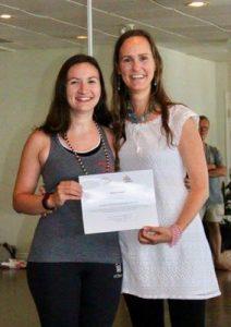 Avec ma professeure Maryse Lehoux, quand elle me remet mon diplôme de professeure de yoga