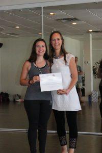 Moi recevant mon diplôme de professeure de yoga par ma professeure Maryse Lehoux